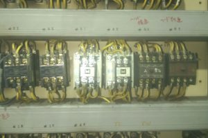 電磁継電器を取り付けた制御盤
