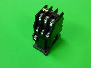 ブランジャ形の電磁継電器