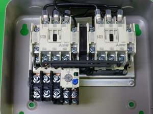 三菱電機の可逆用電磁開閉器の写真
